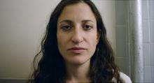 """I pazienti affetti da diagnosi di schizofrenia vivono in media 20 anni in meno rispetto alla controparte """"sana"""". Nella fotografia, il fotoritrattto di una giovane donna affetta da diagnosi di schizofrenia."""