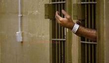 braccio di un internato che esce da una cella
