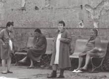 La mortalità dei pazienti affetti da diagnosi di schizofrenia ha iniziato ad aumentare già dal 1957, forse a causa della introduzione degli psicofarmaci nella pratica clinica. Nella fotografia, degenti in un vecchio ospedale psichiatrico.